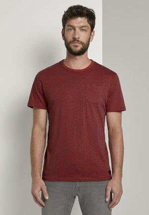 MIT BRUSTTASCHE - T-shirt print - ginger orange