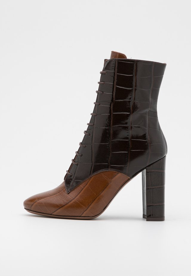 ZIP BOOT - Enkellaarsjes met hoge hak - cognac/dark brown