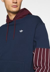 adidas Originals - SUMMER HOODY - Sweat à capuche - conavy/maroon - 5