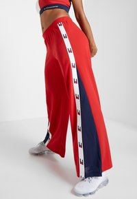 Tommy Sport - FLAG TAPE PANT FLARE - Träningsbyxor - red - 0