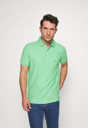 REGULAR - Polo shirt - green