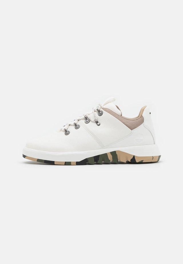 SUPAWAY FABRIC OX - Sneakers basse - white