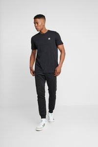 adidas Originals - ESSENTIAL TEE UNISEX - T-shirt basic - black - 1