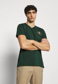 GANT - ARCHIVE SHIELD - T-shirt med print - tartan green - 3