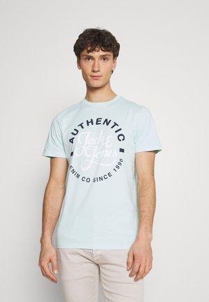 JJMOON TEE CREW NECK - T-shirt med print - bleached aqua