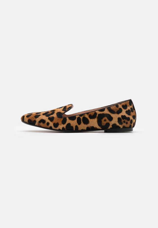 SUMNER LOAFER - Slippers - rich mahogany