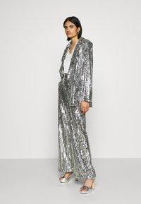 NA-KD - FLOWY PANTS - Pantalon classique - silver - 1