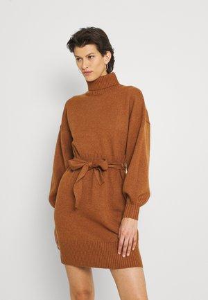 LEOTI BELTED MOCK NECK DRESS - Jumper dress - brown
