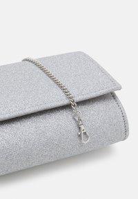 Forever New - IVY FOLD OVER - Pochette - silver - 3