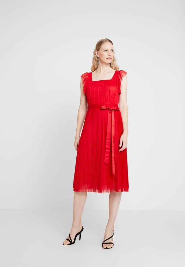 PLEATED MIDI DRESS WITH RUFFLE SLEEVE AND TIE - Cocktailjurk - red