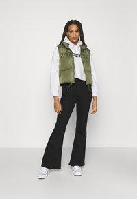 Levi's® - GRAPHIC CROP PRISM - Sweatshirt - youth new boxtab white - 1