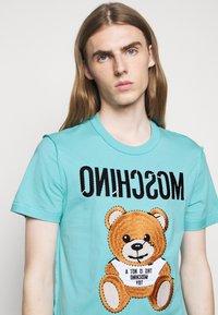 MOSCHINO - Print T-shirt - light blue - 3