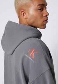 Calvin Klein Jeans - OVERSIZED LARGE BADGE HOODIE UNISEX - Sweatshirt - light grey - 5