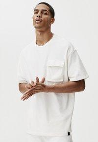 PULL&BEAR - MIT TASCHEN - Print T-shirt - white - 4