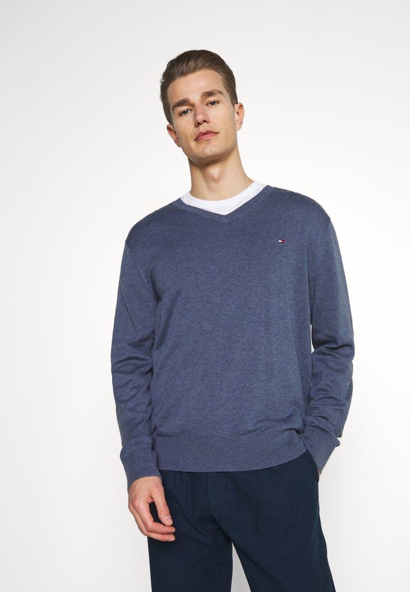 Tommy Hilfiger - V NECK - Stickad tröja - faded indigo heather