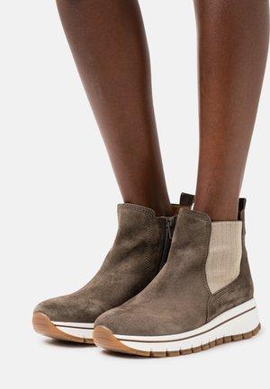 Kotníkové boty na platformě - tartufo