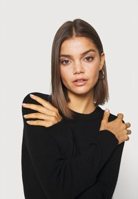 Pieces - PCBASSY O NECK - Sweter - black - 3