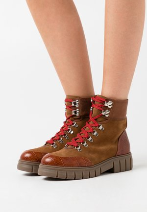 REBEL HIKERCROC - Platform ankle boots - tan
