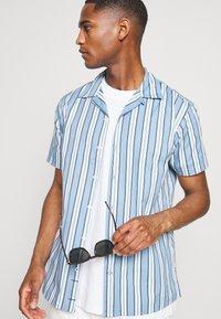 Kronstadt - CUBA PRINTED STRIPE SHIRT - Shirt - light blue - 3