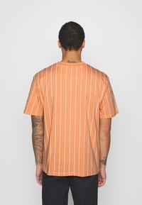 Karl Kani - SMALL SIGNATURE PINSTRIPE TEE UNISEX - Print T-shirt - coral/white - 2