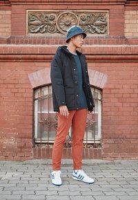 adidas Originals - FORUM LOW UNISEX - Sneakers basse - footwear white/team royal blue - 0