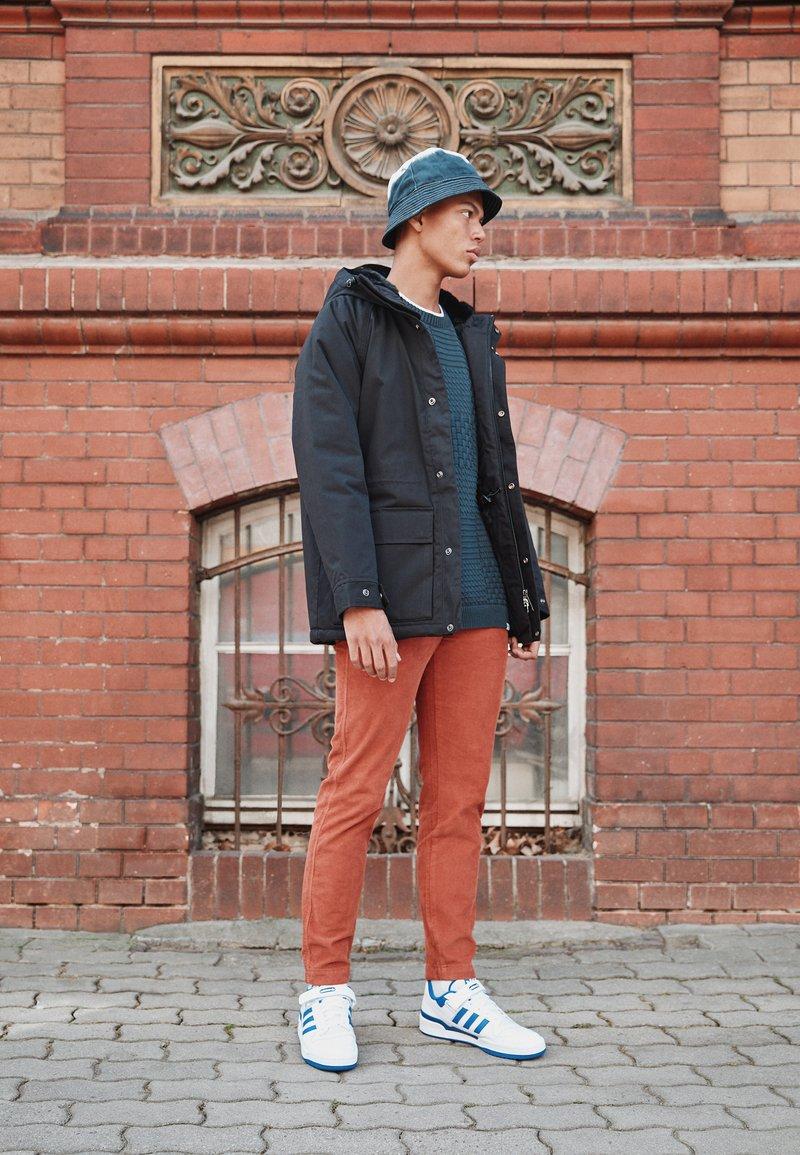 adidas Originals - FORUM LOW UNISEX - Sneakers basse - footwear white/team royal blue