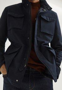 Massimo Dutti - MIT VIER TASCHEN  - Veste mi-saison - blue-black denim - 4