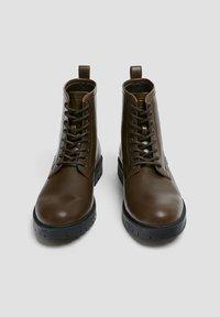 PULL&BEAR - Šněrovací kotníkové boty - brown - 3