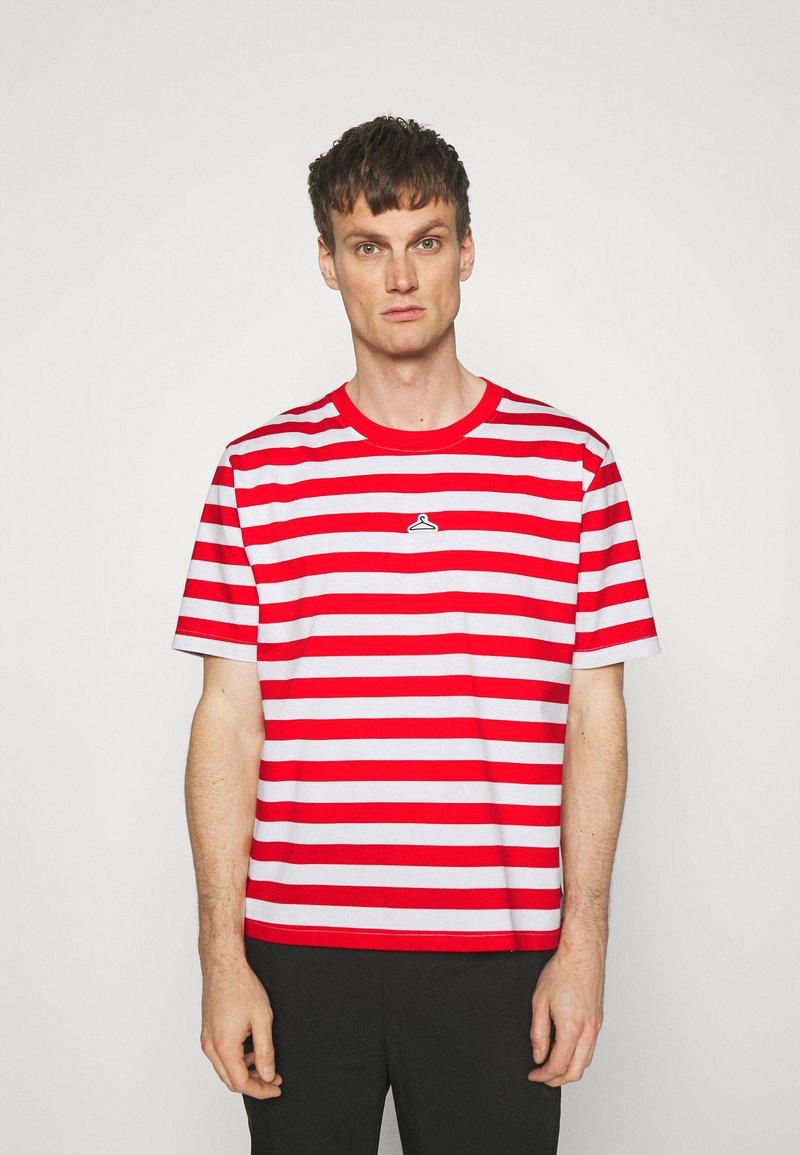 Holzweiler - HANGER STRIPED TEE - T-shirt print - red/white