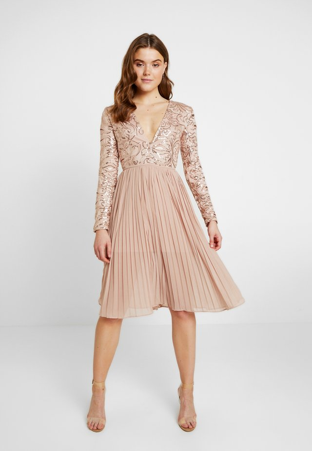 SEQUIN PLUNGE PLEATED MIDI DRESS - Vestido de cóctel - nude
