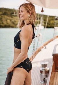 Boden - Bikini top - navy, goldfolienflamingos - 3