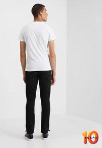 Calvin Klein Jeans - 026 SLIM - Džíny Slim Fit - copenhagen black - 2