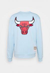 Mitchell & Ness - NBA CHICAGO BULLS WARM UP PASTEL CREW - Squadra - sky blue - 6