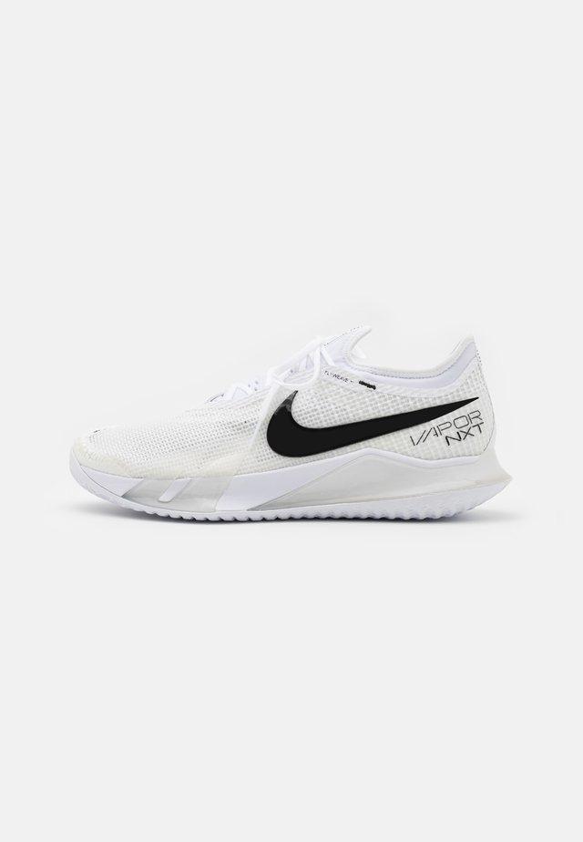 COURT REACT VAPOR NXT - Tennisschoenen voor alle ondergronden - white/black/grey fog