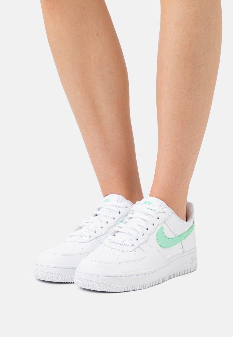 Nike Sportswear - AIR FORCE 1 - Tenisky - white/green glow/light bone