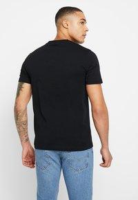 Calvin Klein - V-NECK CHEST LOGO - T-shirt - bas - black - 2