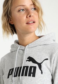 Puma - ESS LOGO HOODY  - Jersey con capucha - light gray heather - 3