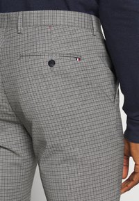 Tommy Hilfiger Tailored - MINI CHECK SLIM FIT PANT - Pantaloni - grey - 5