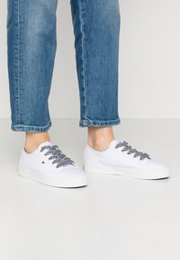 Tommy Hilfiger - ESSENTIAL NAUTICAL SNEAKER - Sneakers laag - white - 0