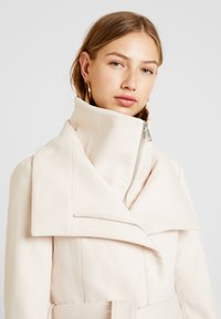 Forever New - PENELOPE WRAP COAT - Korte frakker - cream - 7