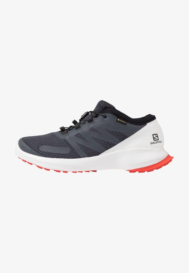 SENSE FLOW GTX - Chaussures de running - india ink/white/cherry tomato