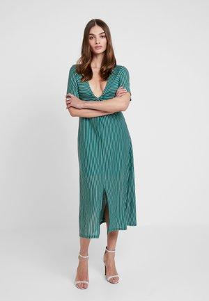 TWIST FRONT MIDI DRESS - Maxi šaty - emerald/white