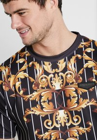 Supply & Demand - CADENCE - Print T-shirt - black/gold - 4