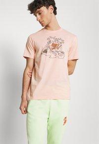 Nike Sportswear - TEE FUTURA TREE - Print T-shirt - arctic orange - 3