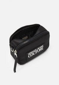 Versace Jeans Couture - CAMERA BAG - Taška spříčným popruhem - nero - 3