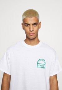 Vintage Supply - PARKS OF LONDON GRAPHIC TEE - T-shirt imprimé - white - 3