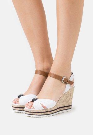 Korkeakorkoiset sandaalit - white