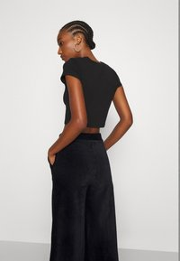 Even&Odd - WIDE LEG CROPPED CORD TROUSERS - Trousers - black - 4