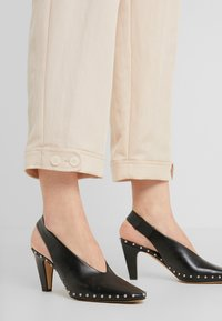 RIANI - WIDE FIT - Trousers - pale almond - 3