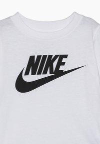 Nike Sportswear - FUTURA TEE - Camiseta estampada - white - 3